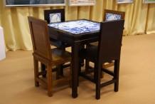 """Mesa com azulejos com imagens de """"Macau Património Mundial"""" e 4 cadeiras"""
