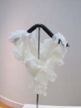白色紐花頸巾